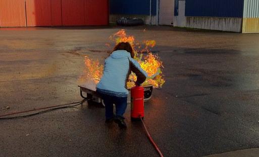 Eva-Lena kryper fram för att släcka elden