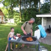 Store grillmäster i full gång och lillkillen lär av sin far :)
